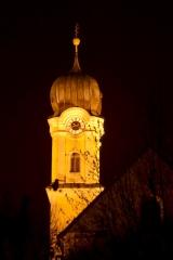Forstinninger Kirchturm bei Dunkelheit