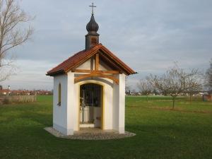 Kapelle am Waldrand bei Forstinning