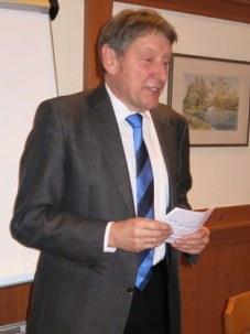 Arnold Schmidt begrüßt die Versammlung.
