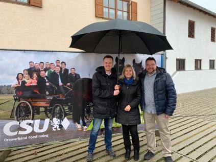 Mit Schirm, Charme und neuem Plakat